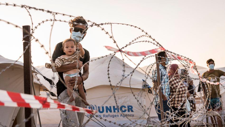 Geflüchteter mit Kleinkind im Lager Kara Tepe auf Lesbos