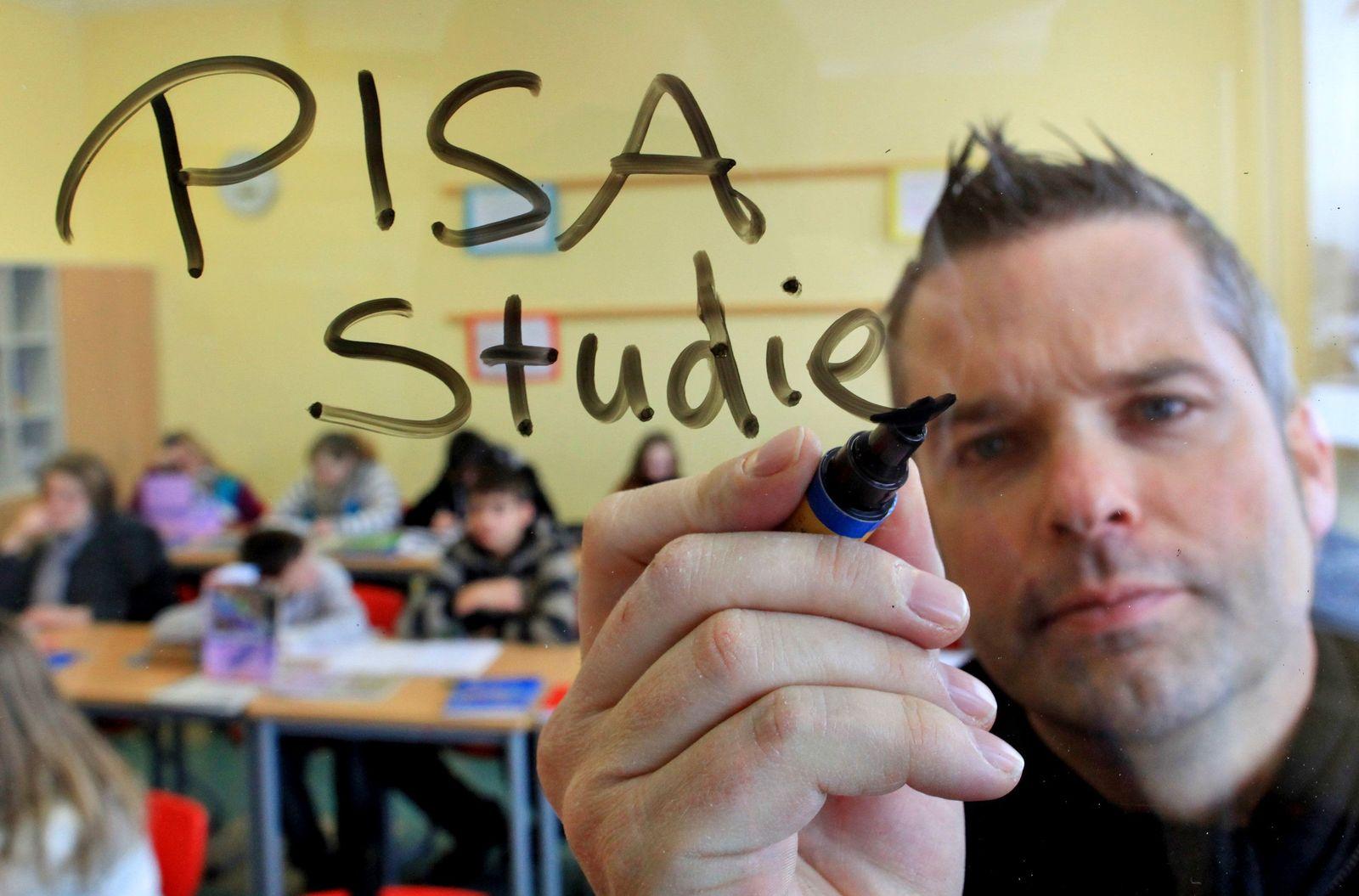 Pisa Studie 2010 Symbolbild Lehrer Glasscheibe