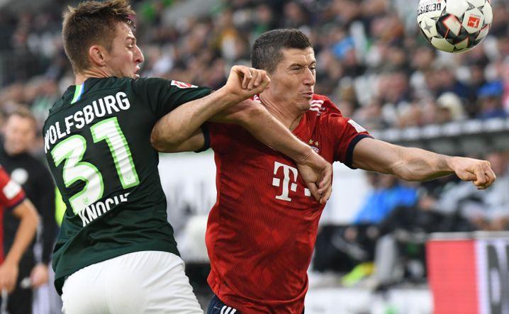 Wolfsburgs Robin Knoche (l.), Bayerns Robert Lewandowski