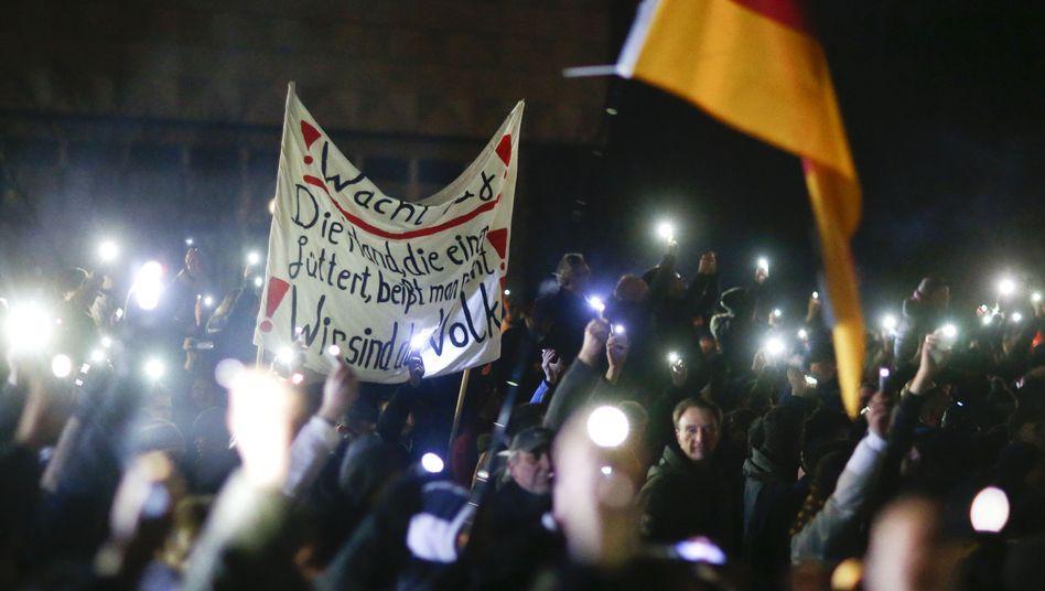 Pegida-Demonstranten in Dresden am 8. Dezember: Gegen 10.000 Teilnehmer protestierten rund 9.000 Gegendemonstranten