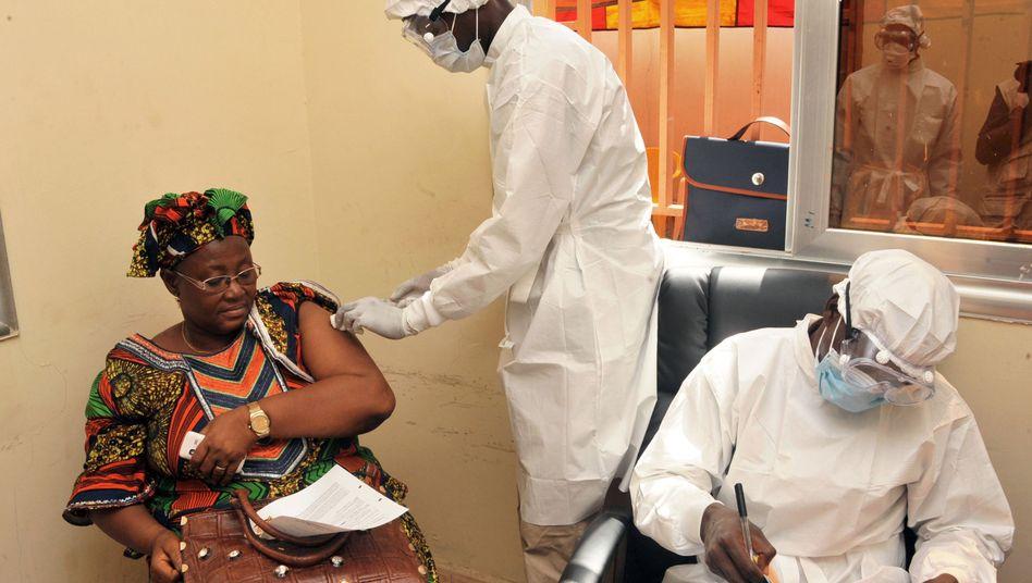 Guinea: Frau wird mit einem experimentellen Mittel gegen Ebola geimpft