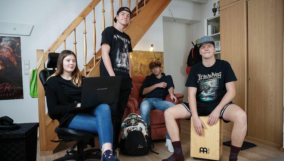 Geschwister Lisa, Ferdinand, Cosmas und Leonard aus Weißenhorn in ihrem Zuhause:»In die eigene, heile Welt flüchten«
