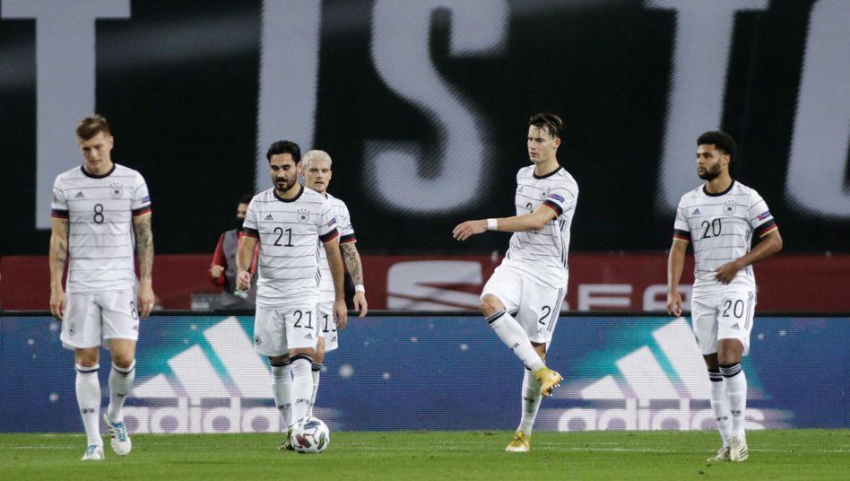 Toni Kroos, Ilkay Gündogan, Robin Koch und Serge Gnabry (v.l.) beim 0:6 gegen Spanien