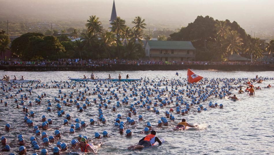 Ironman auf Hawaii: Zum Start geht es ins offene Meer