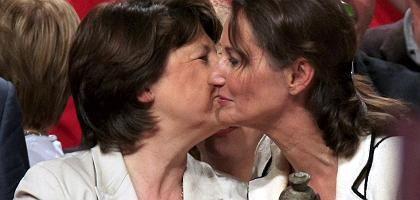 French Socialist Party boss Martine Aubry (l) greets Segolene Royal.