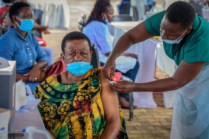 Eine Frau wird in Ugandas Hauptstadt Kmapala gegen das Coronavirus geimpft (Archivbild)