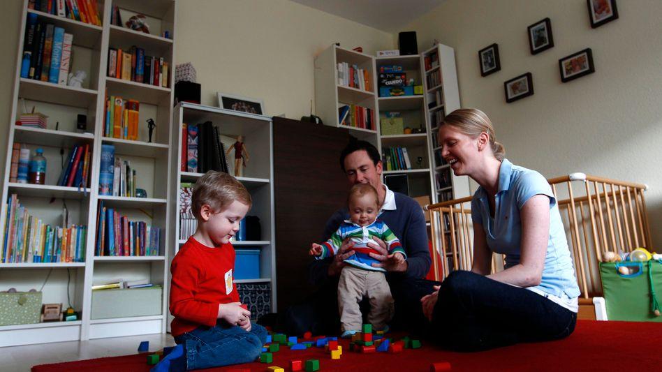 Familie beim Spielen: Wunsch nach mehr gemeinsamer Zeit