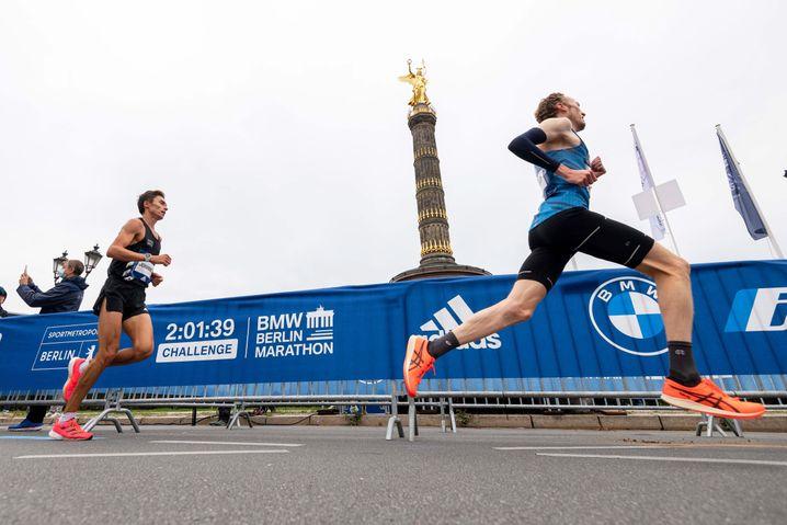 Ringer bei einem Straßenlauf mehrfach um die Berliner Siegessäule Ende September