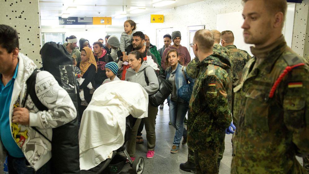 Bundeswehr in der Flüchtlingskrise: Dokumente scannen, Tüten tragen