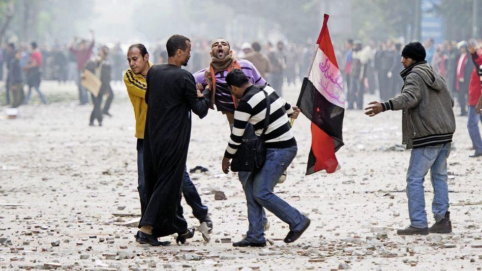 Verletzte Demonstranten auf dem Tahrir-Platz am 16. Dezember: Die Revolution ist zurück, als hätte sie die ganze Zeit nur in einer Nebenstraße gewartet
