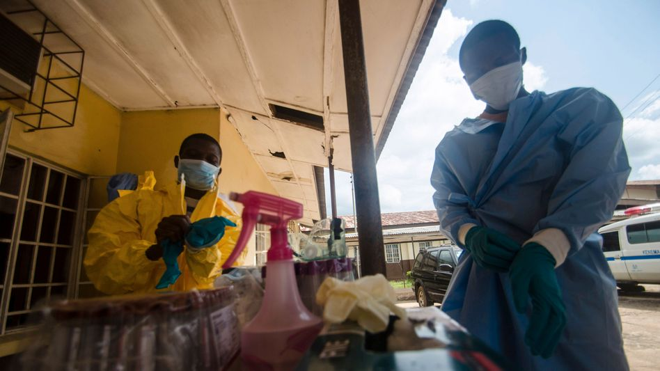Vorsichtsmaßnahmen am staatlichen Krankenhaus in Kenema in Sierra Leone: Angst vor dem lebensgefährlichen Ebola-Virus