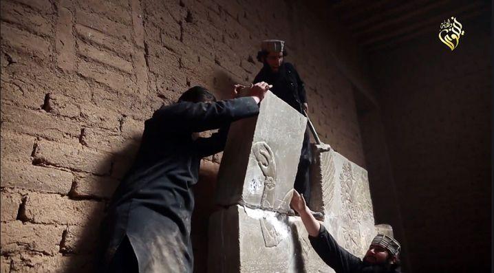 Standbild aus einem Propaganda-Video, das die Zerstörung von Kunstwerken in Nimrud zeigen soll