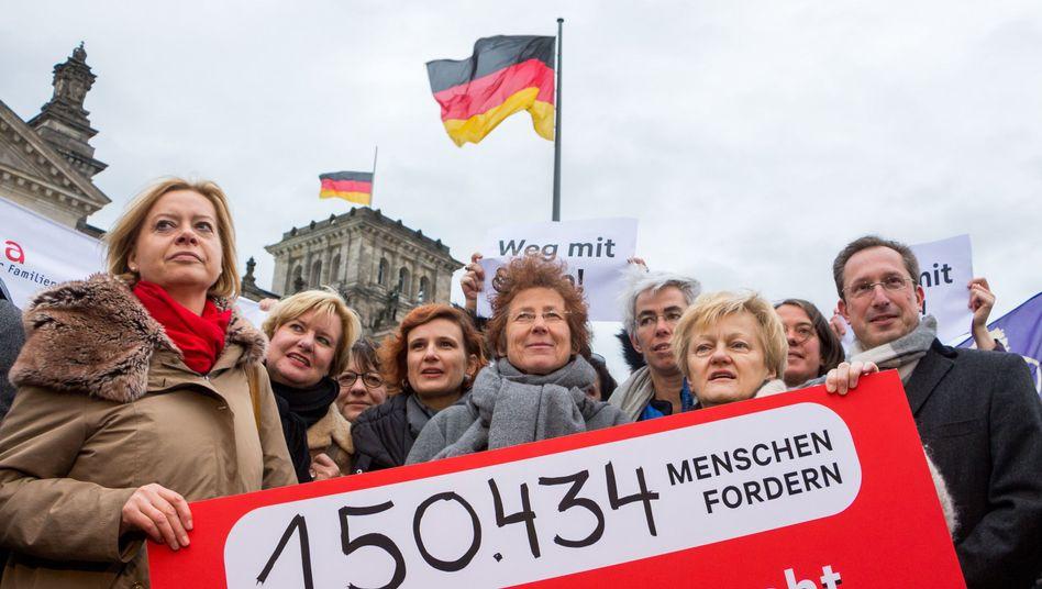 Übergabe der Petition vor dem Reichstag