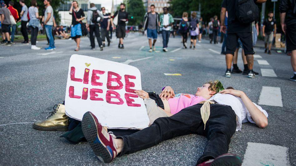 """Demonstration """"Grenzenlose Solidarität statt G20"""""""