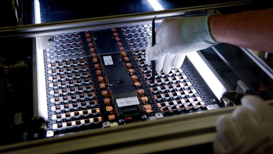 Arbeit an Zellen für eine Batterie