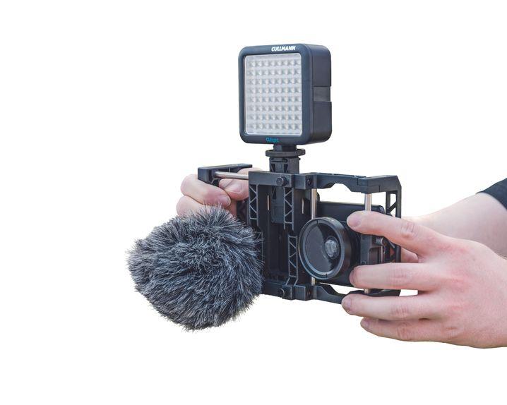 Ein um Mikrofon, Leuchteund Linse aufgewertetesSmartphone im Rig filmt gut,ist aber alles andere alspraktisch und unauffällig