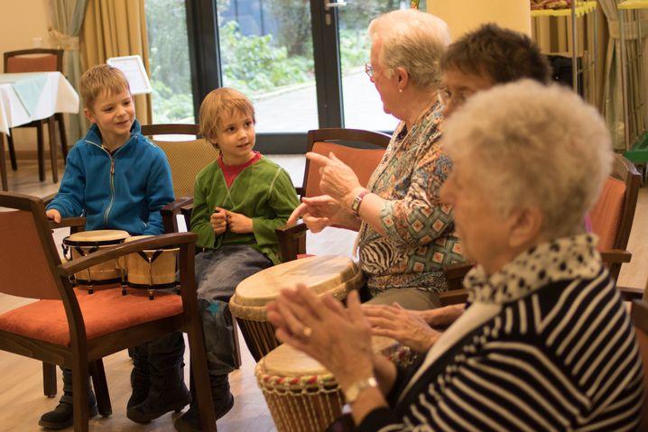 Gerda Kuprat gibt Rudi und Pino Trommeltipps