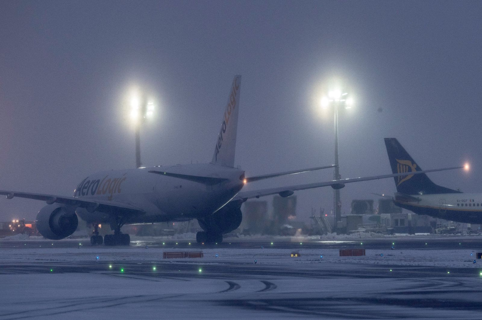 Schnee/ Flugverkehr/ Frankfurt
