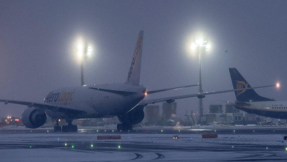 Das Rollfeld auf dem Flughafen in Frankfurt am Main am Morgen