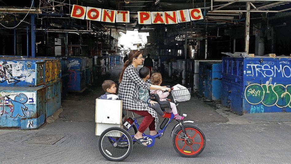 Mutter mit Kindern in Tel Aviv:Der sanfte Charme der Sperrstunde