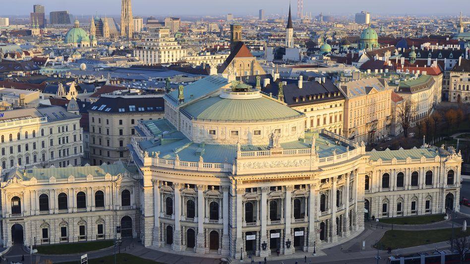 Stadtansicht von Wien: Im Vordergrund das Burgtheater, im Hintergrund auch.