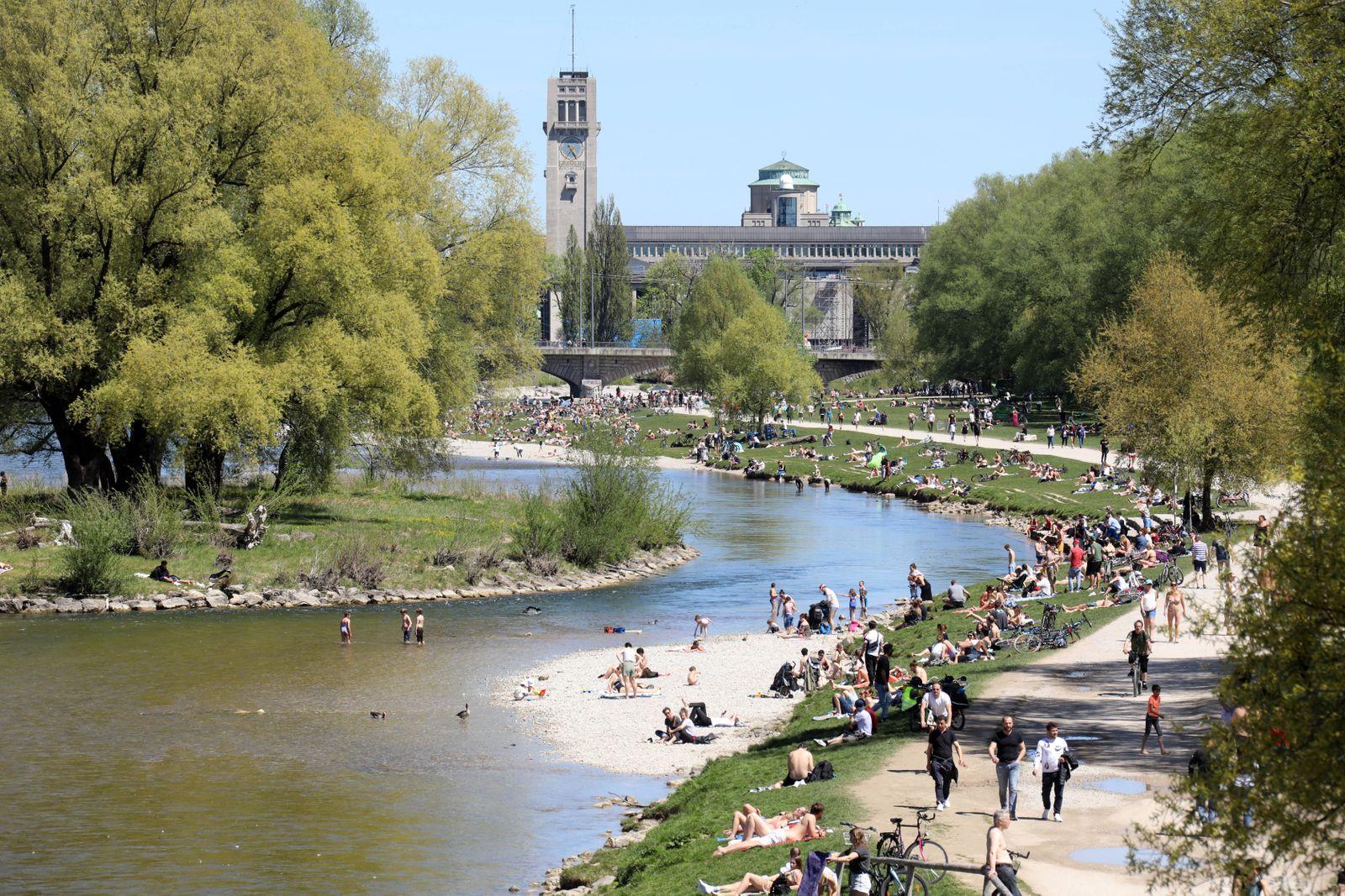 26 Grad - ein Sommertag in München und die Menschen strömten in Massen ins Freie. Hier an der Isar zwischen Wittelsbache