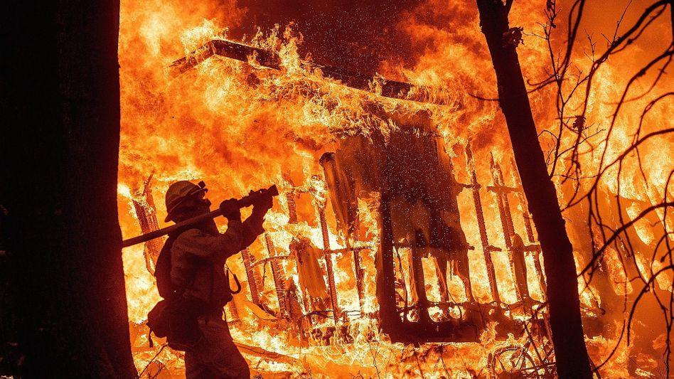 Feuerwehrmann vor brennendem Wohnhaus bei Paradise: »Die Wahrscheinlichkeit großer Brände nimmt zu«