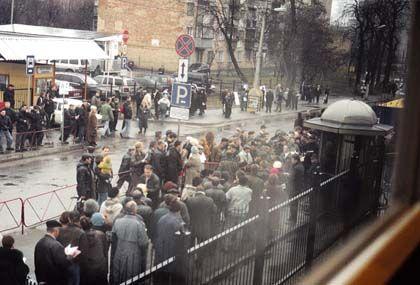 Menschenschlangen vor der deutschen Botschaft in Kiew (2001): Viel Geld für ein Visum