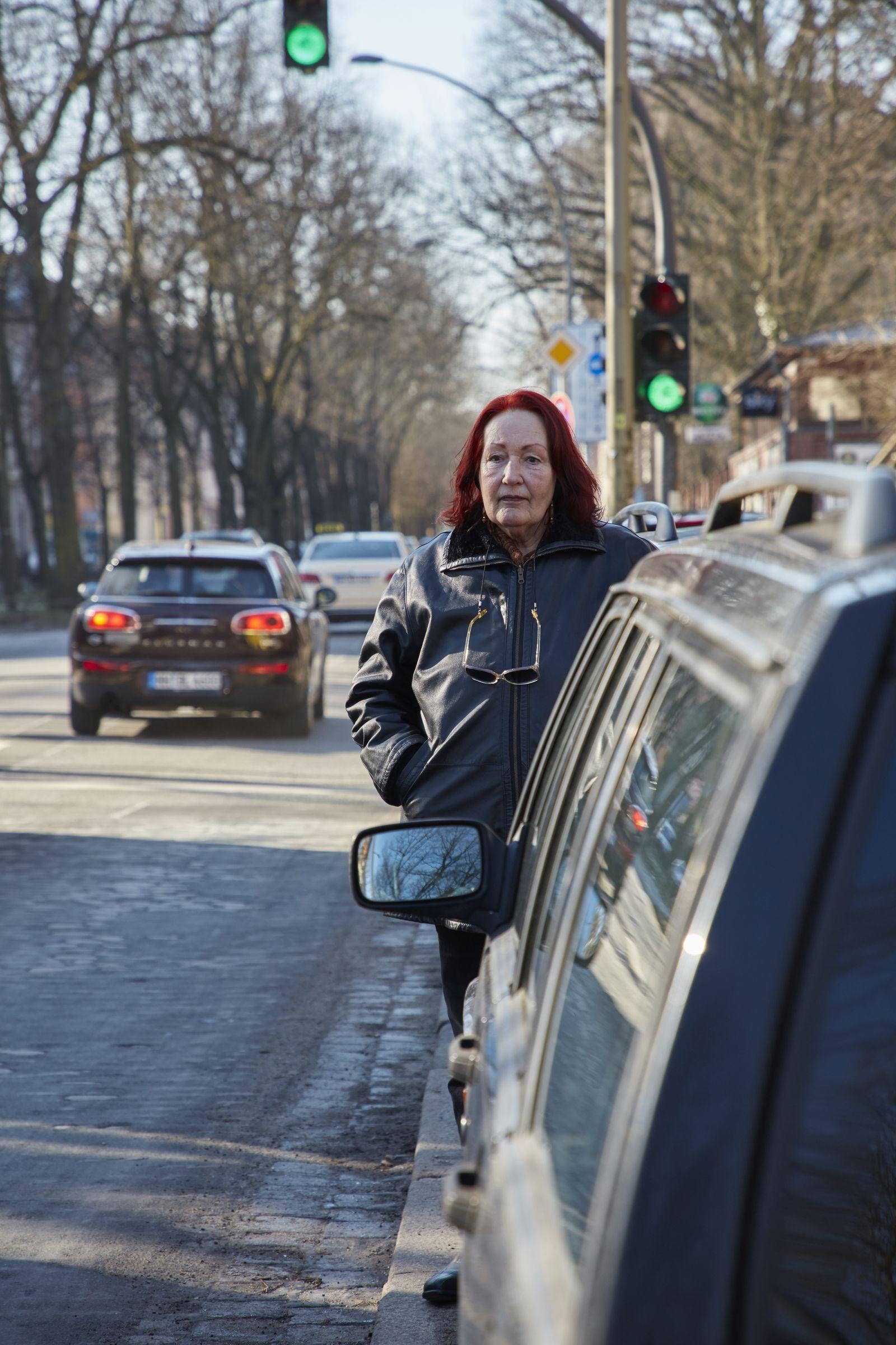EINMALIGE VERWENDUNG DER SPIEGEL PLUS 8/2018 S.36 Notstand im Dieselland Portrait Charlotte Lill