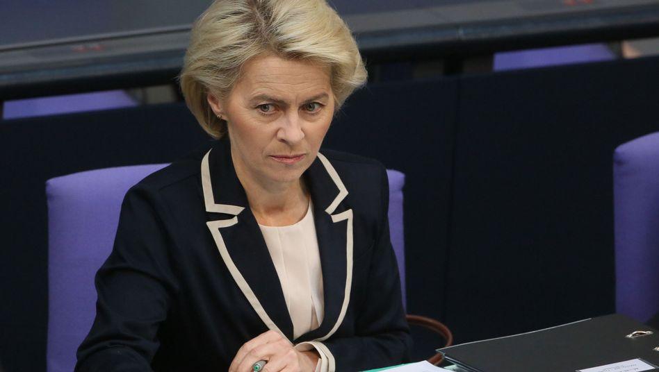 Verteidigungsministerin von der Leyen: Holt eine Affäre ihres Vorgängers sie ein?