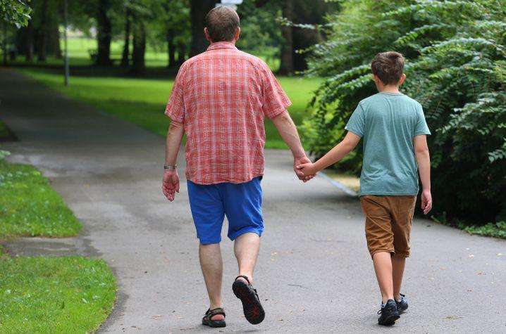 Mario Weinrich und sein 11-jähriger Sohn Leonard im Kurpark von Bad Wörishofen