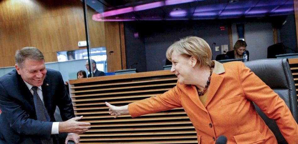 Schön, sich zu sehen: Merkel begrüßt in Brüssel den rumänischen Präsidenten