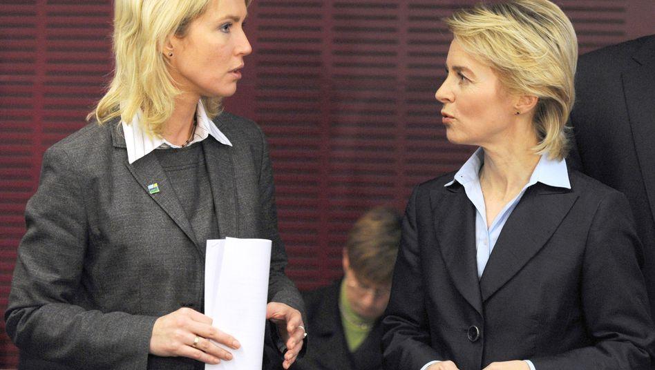 Manuela Schwesig (li.) und Ursula von der Leyen: Vom Pult auf die Bänke verwiesen