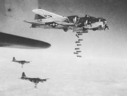 Amerikanische B-17-Bomber im Einsatz über Deutschland: Kombination aus mehreren Bombentypen löste Feuersturm aus