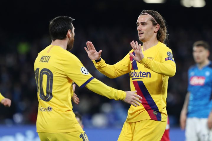 In Neapel erster Gratulant: Messi nimmt Griezmann in den Arm