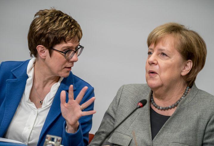 Annegret Kramp-Karrenbauer und Angela Merkel (v.l.)