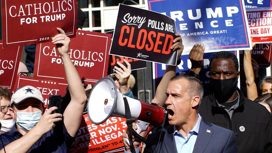 Trump-Berater Corey Lewandowski mit Trump-Anhängern in Philadelphia, Pennsylvania nach der Wahl