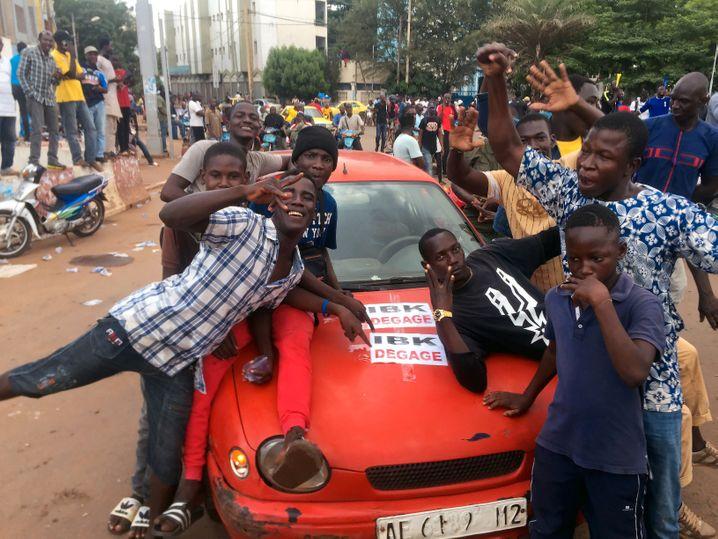 Die jubelnden Einwohner Bamakos fordern, der Präsident solle verschwinden