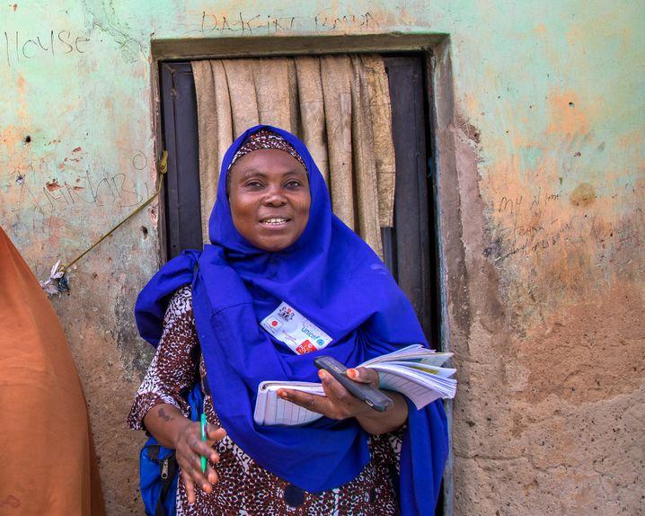 Ramatu Abdullahi vor einem kleinen Haus in der nigerianischen Siedlung Arbamiyya