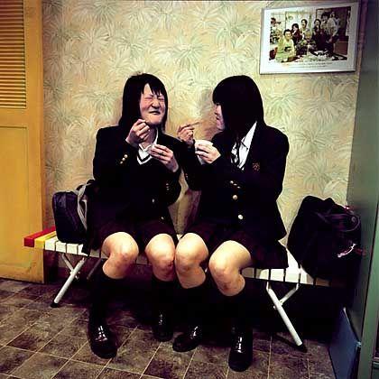 """Ice cream, you scream: Japanische Schülerinnen testen Makreleneis in der """"Ice Cream City"""""""