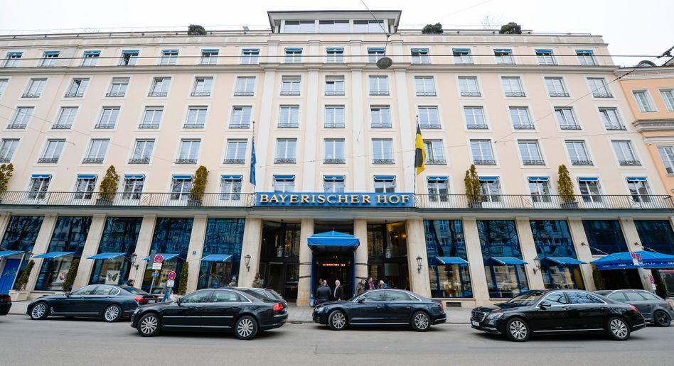 Limousinen während einer Sicherheitskonferenz vor dem Münchner Hotel Bayerischer Hof