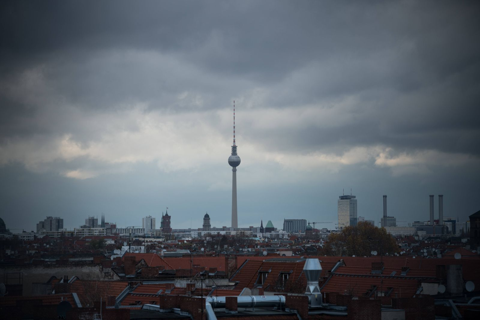 Blick ueber Wohnhaeuser in Neukoelln in Richtung Stadtmitte und Fernsehturm in Berlin. Foto: bildgehege Wohnen in Berli