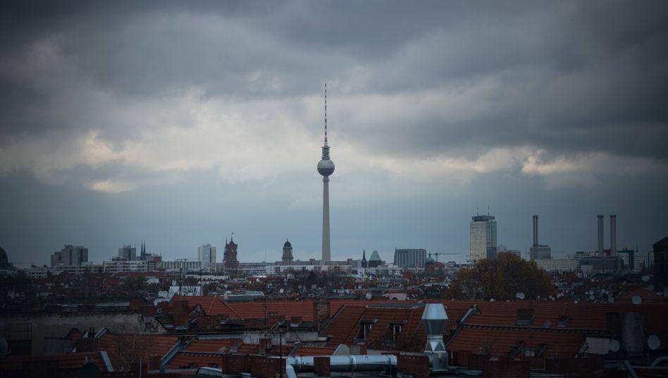 Berlin: Blick über Wohnhäuser von Neukölln in Richtung Stadtmitte