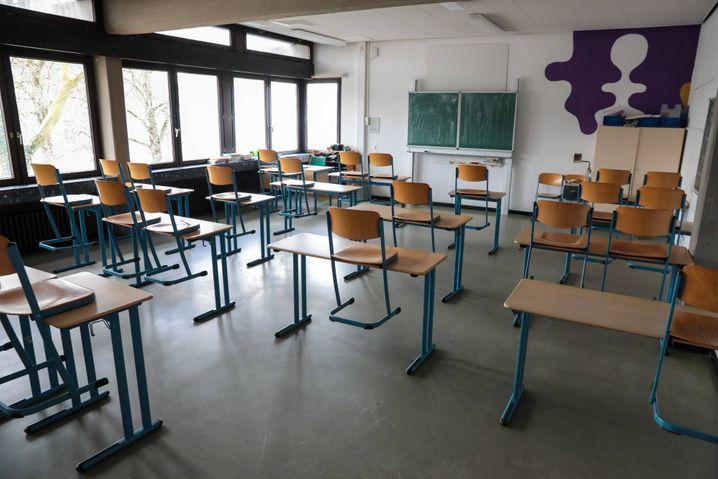 Ein leeres Klassenzimmer während der Coronapandemie: Es mangelt an funktionierenden Alternativen zum Präsenzunterricht