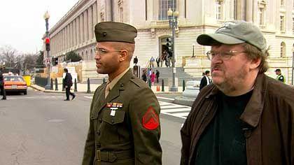 "Aktivist Moore in ""Fahrenheit 9/11"": Cineastischer Robin Hood"
