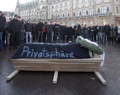 Demo vor Hamburger Rathaus: Protest gegen die Speicherpläne der Regierung