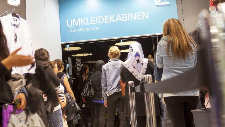 """Schlange vor Umkleide in Berliner Shop: """"Man fühlt sich hässlich"""""""