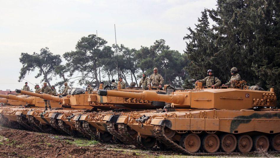 Türkische Soldaten im Januar 2018 mit Panzern des Typs Leopard 2A4