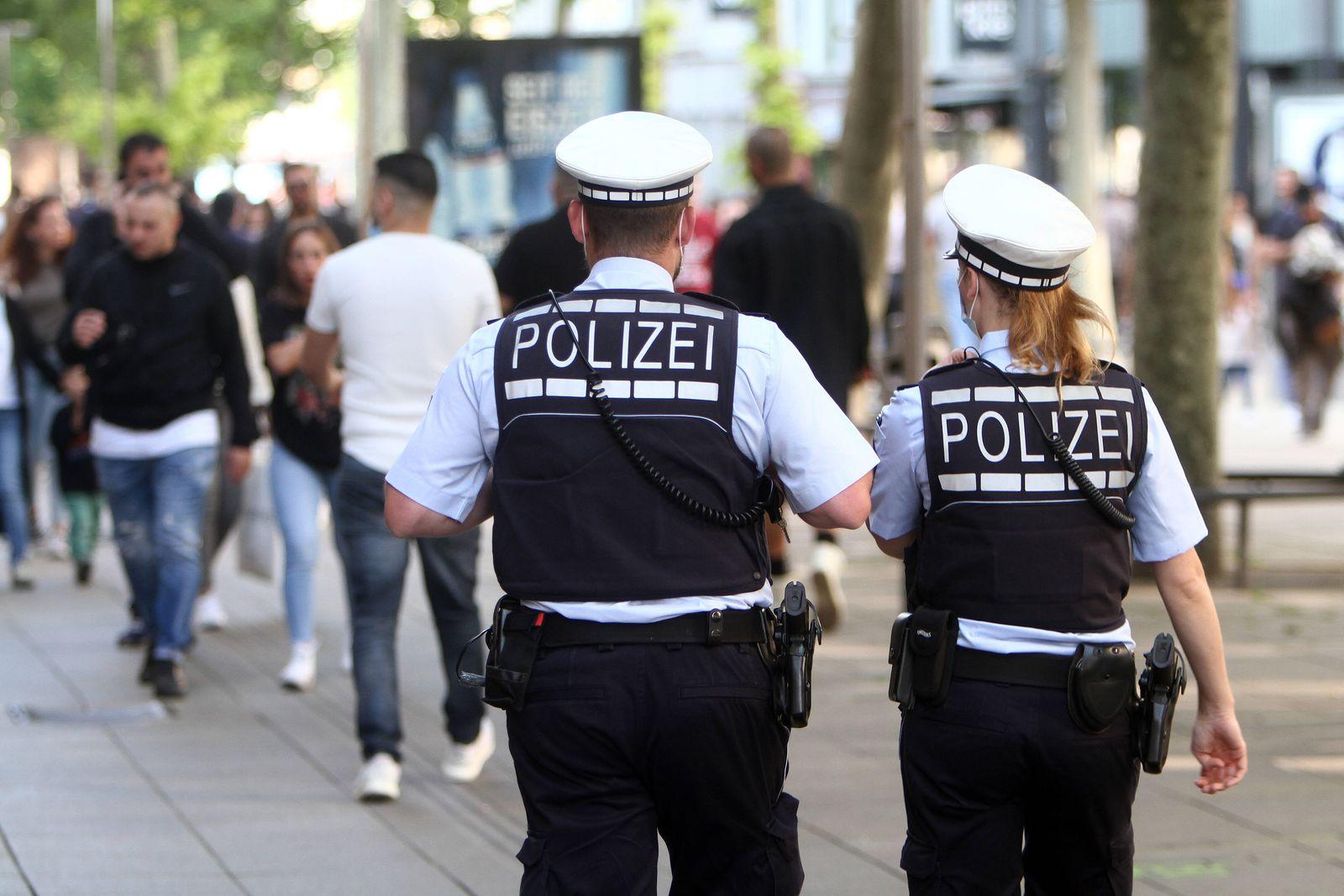 Eine Polizeistreife der Landespolizei Baden Württemberg kontrolliert anlässlich der Coronakrise die Einhaltung der Konta