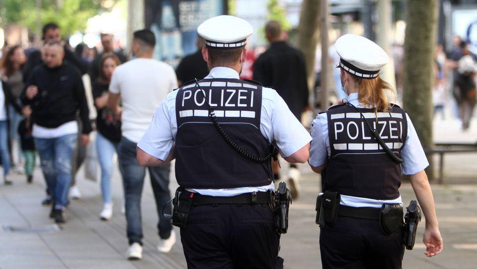 Polizisten in Stuttgart: Am frühen Abend war noch alles ruhig